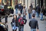 Прохожие на улицах Тбилиси