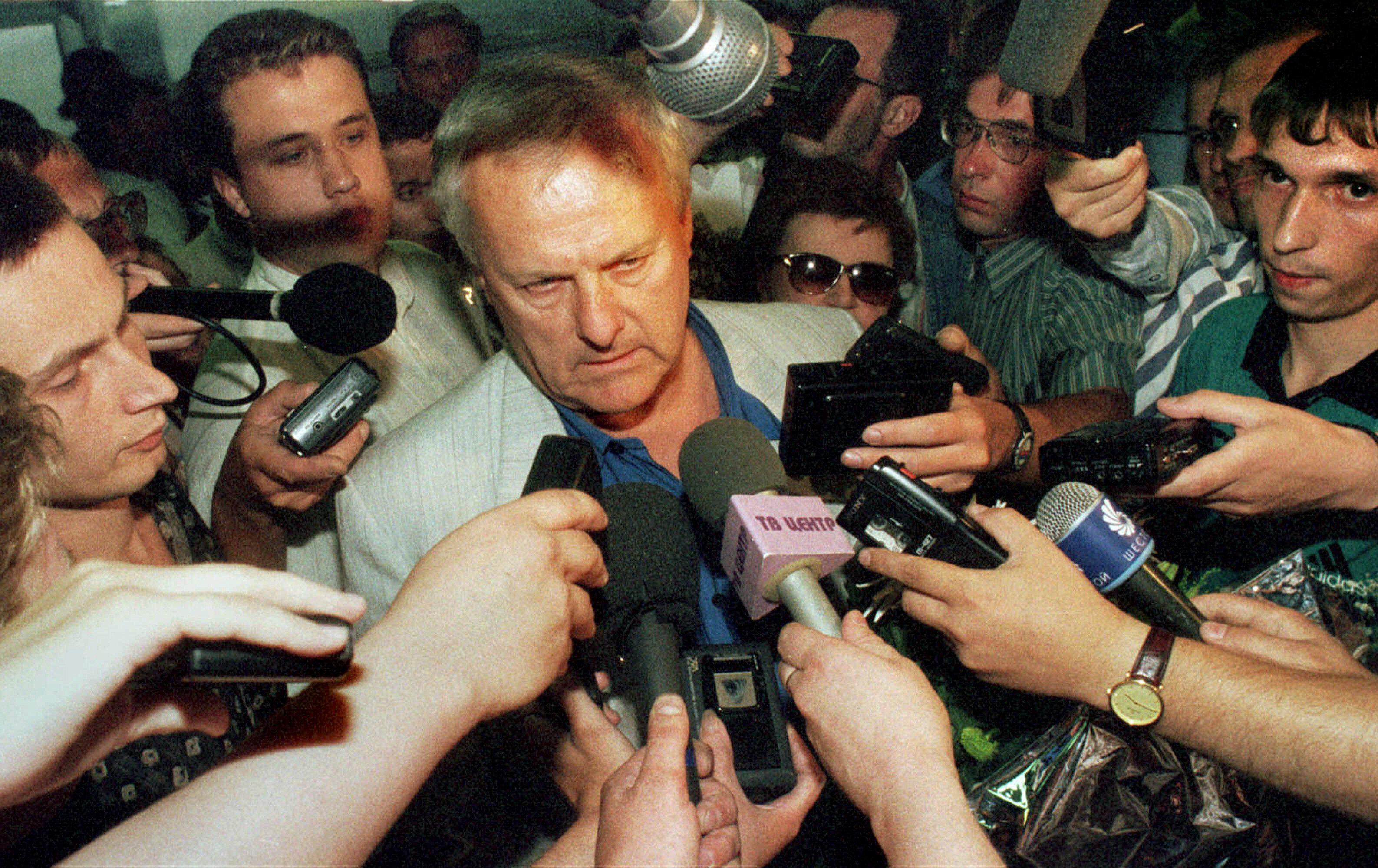 Бывший мэр Санкт-Петербурга Анатолий Собчак беседует с прессой в городском аэропорту в июле 1999 года после 20-месячного пребывания во Франции
