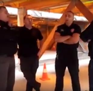 პოლიციელები მღერიან წინწყაროს