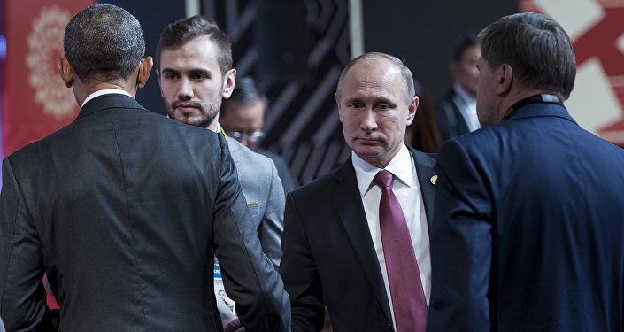 Президент США Барак Обама и президент РФ Владимир Путин пожимают руки перед началом заседания лидеров саммита АТЭС в Перу