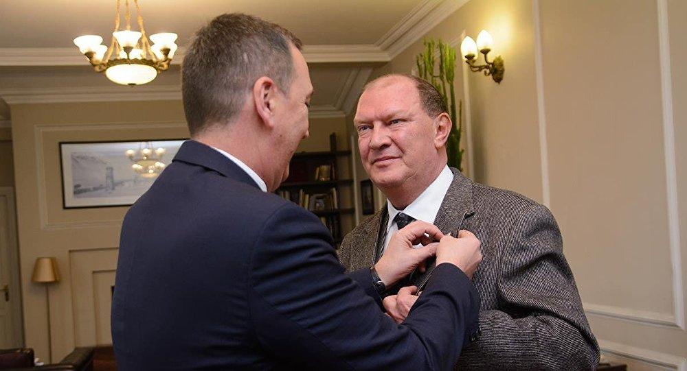 Михаил Гиоргадзе вручает награду Николаю Свентицкому