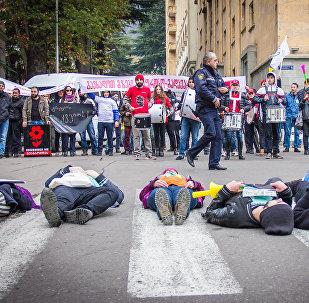 Участники Шествия пешеходов в столице Грузии