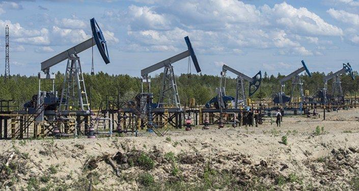 Нефтяные станки-качалки вблизи города Сургут.