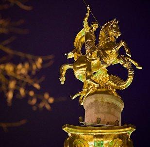 Памятник Святому Георгию работы Зураба Церетели на площади Свободы в центре столицы Грузии