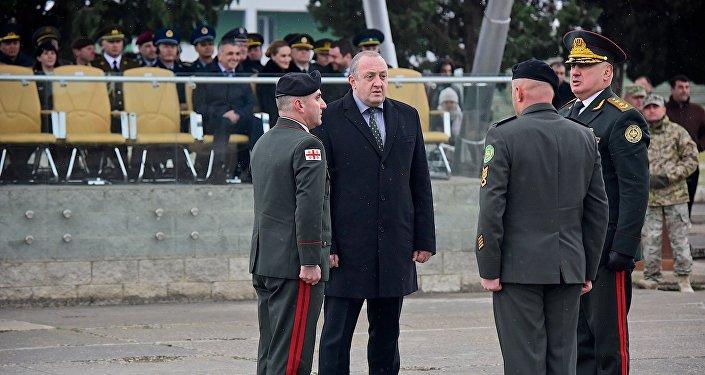Президент Грузии Георгий Маргвелашвили на церемонии передачи полномочий начальника Генштаба Грузии Владимиру Чачибая (слева)