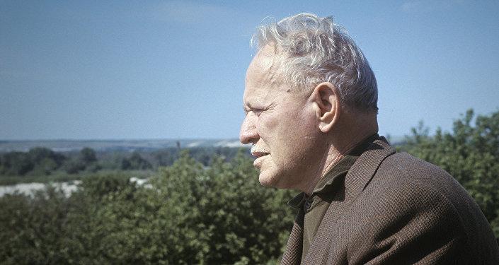 Михаил Шолохов на балконе своего дома