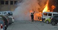 Пожарный работает на месте взрыва в турецком городе Адана