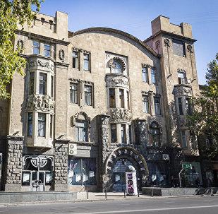 Фасад дома Александра Мелик-Азарянца на проспекте Руставели