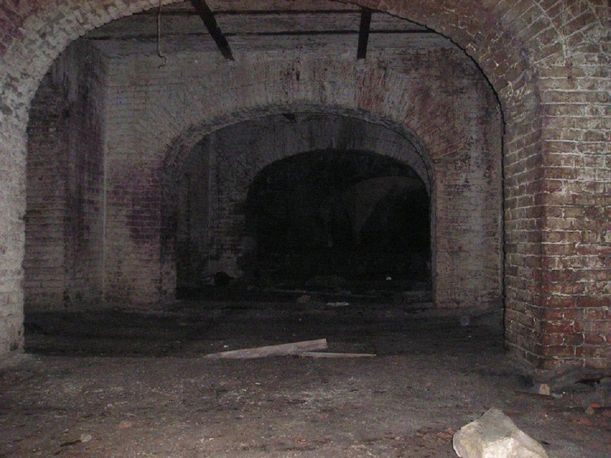 Подземные этажи здания, вход в которые,на сегодняшний день не доступен