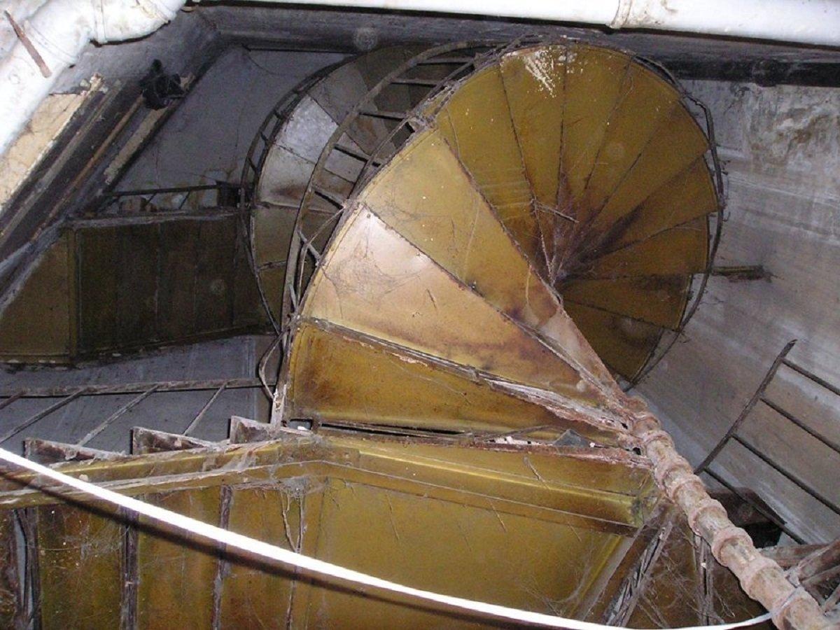 Уникальная лестница, которая была сборной, но сейчас в доме этой лестницы больше нет, ее украли