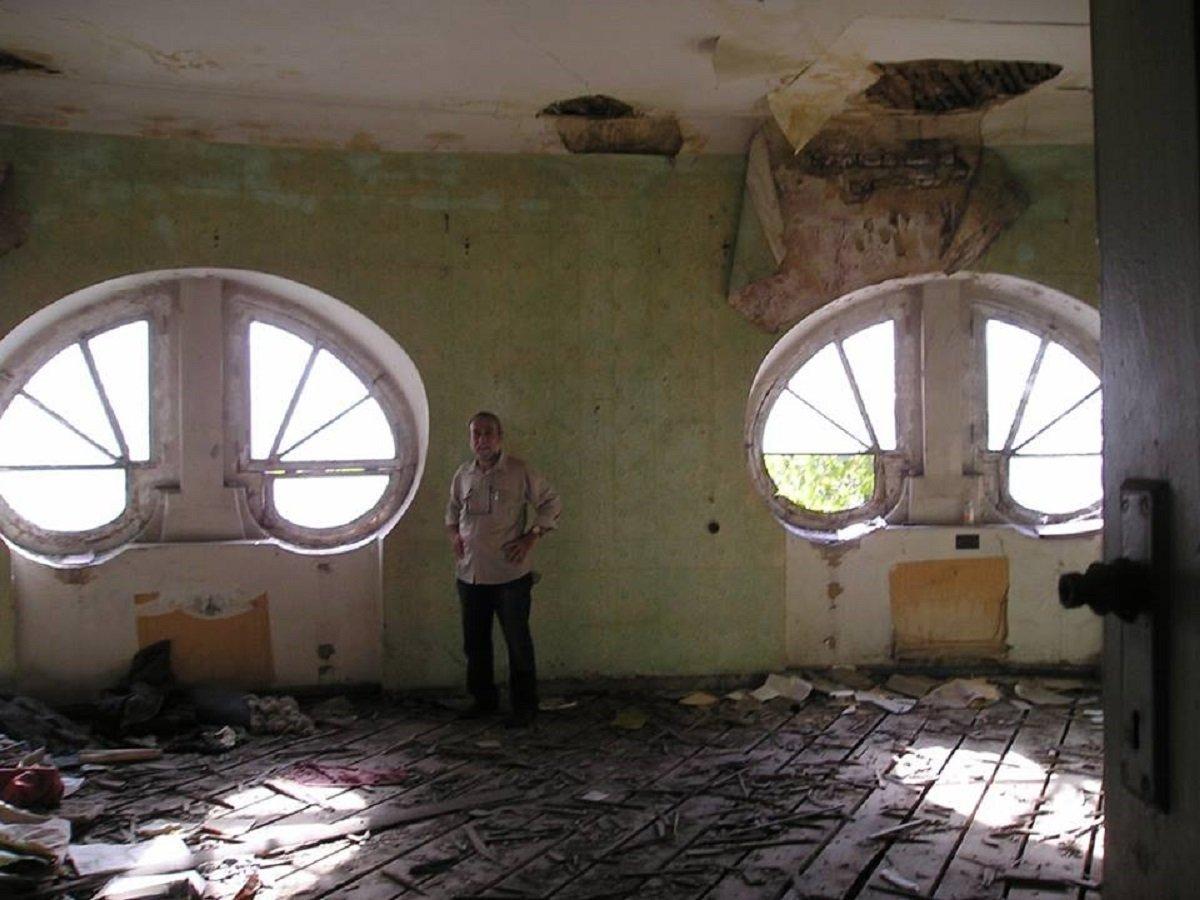 Архитектор Авто Сумбулашвили в той самой комнате, форма окон которой напоминает слезинки