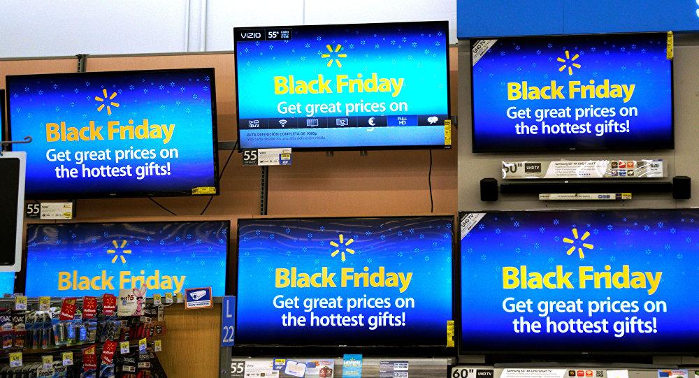 Объявление о Black Friday (Черная пятница) на экранах в одном из магазинов Колорадо