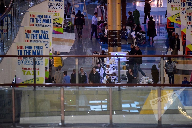 Покупатели в одном из торговых центров грузинской столицы