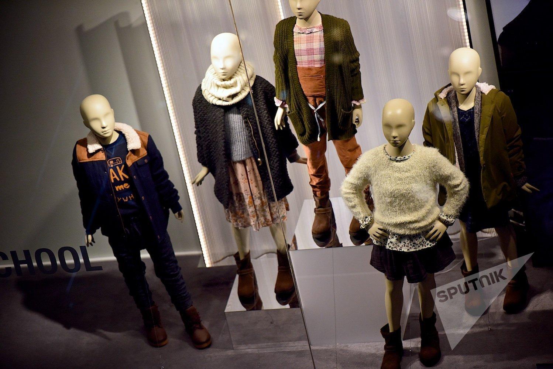 Манекены на витрине магазина детской одежды в одном из торговых центров грузинской столицы
