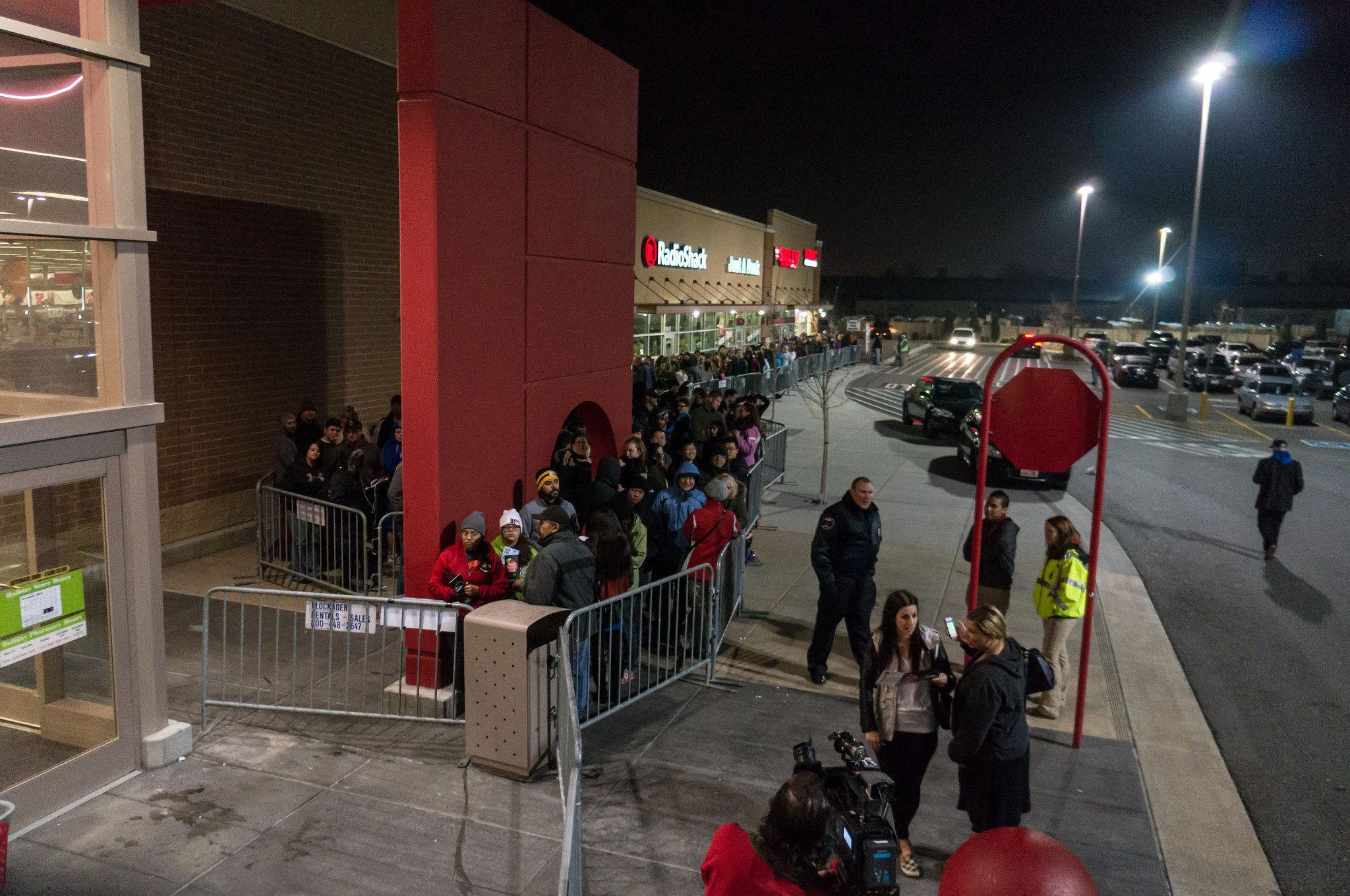 Люди выстроились в очередь перед началом распродаж