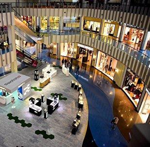 Вид на площадь с магазинами в одном из тбилисских торговых центров