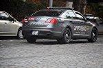 Полицейская машина патрулирует улицы грузинской столицы