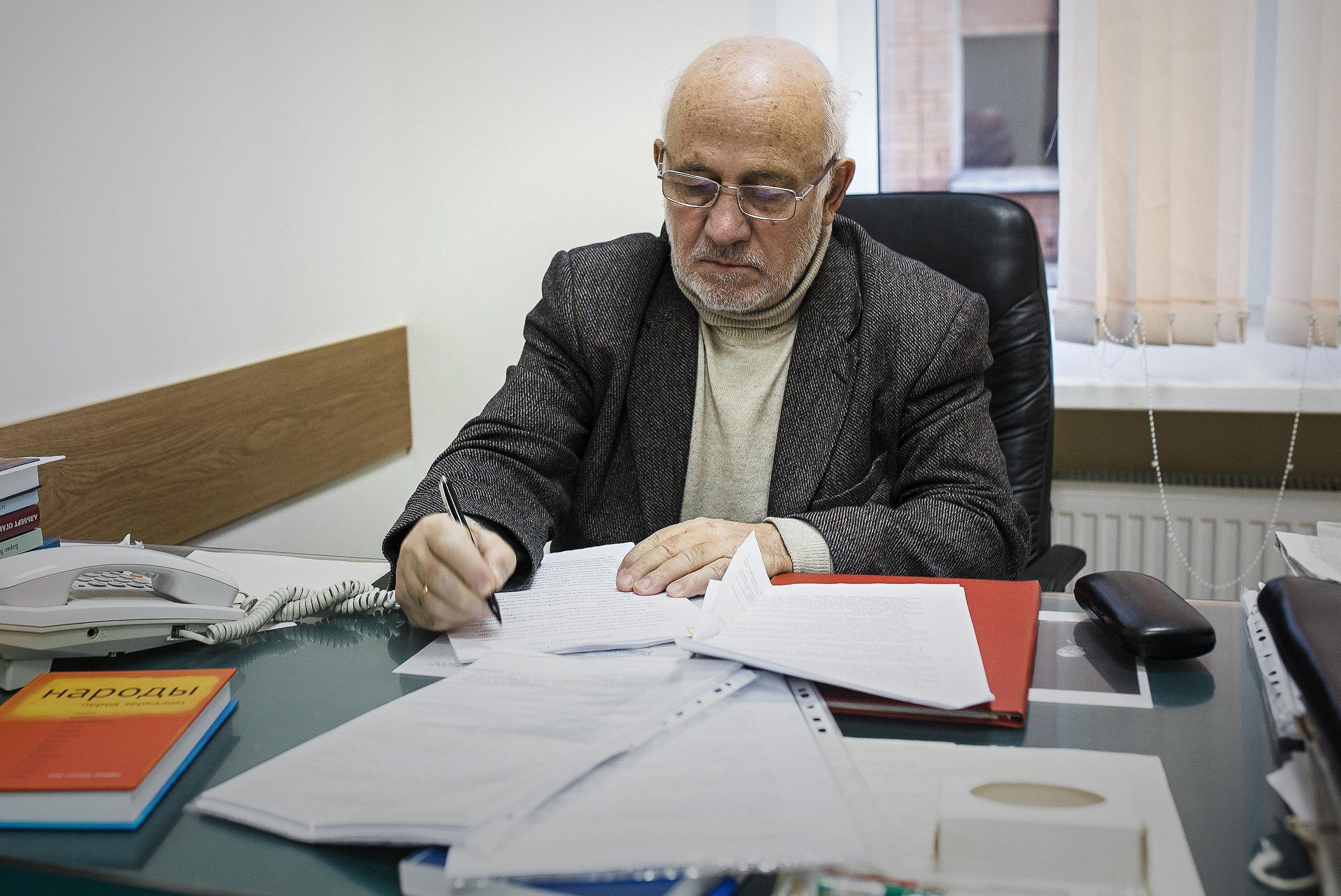 Главный редактор журнала Дружба народов Александр Эбаноидзе за работой