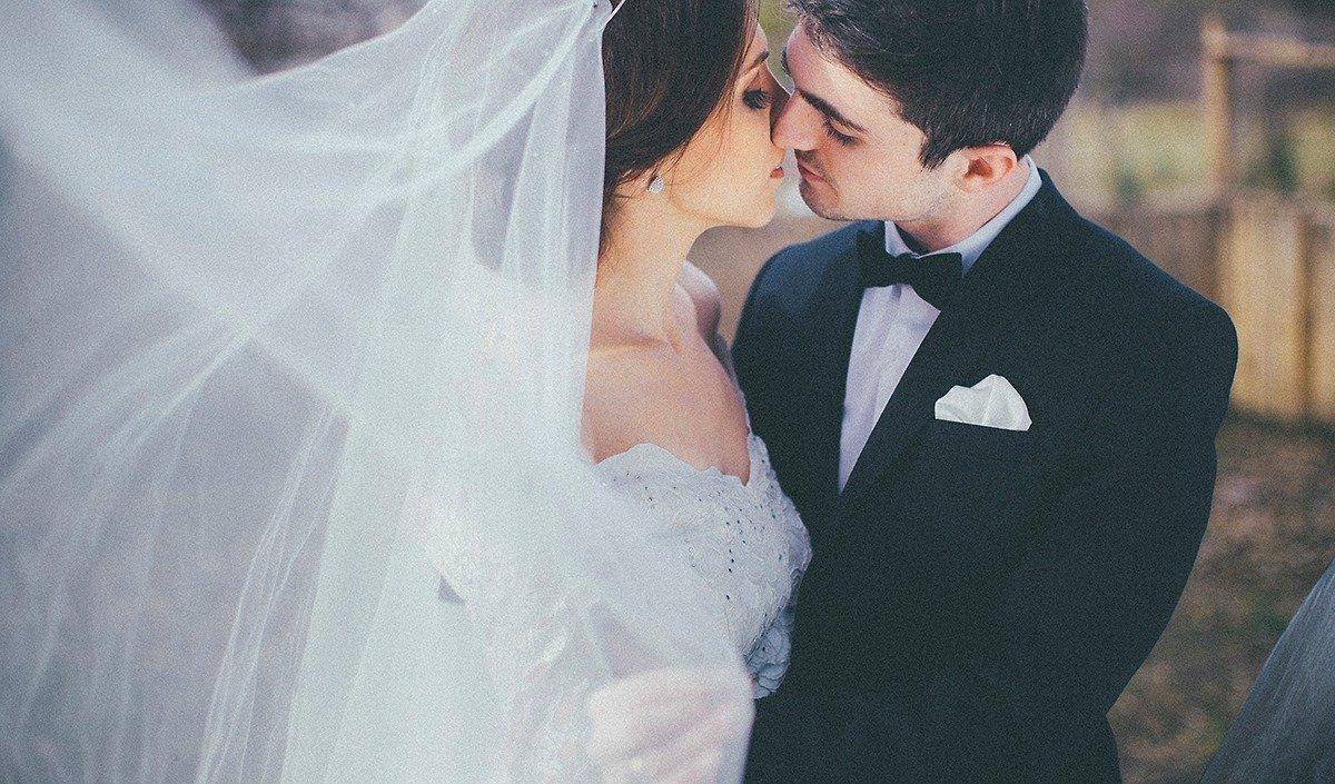 Нежный поцелуй жениха и невесты