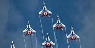 Многоцелевые истребители МиГ-29 пилотажной группы Стрижи во время показательных учений на полигоне Алабино на международном военно-техническом форуме Армия-2016