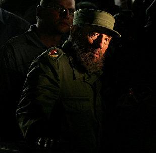 Президент Кубы Фидель Кастро в Гаване смотрит на здание дипломатической миссии США