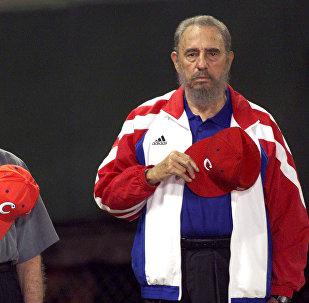 Бывший президент США Джимми Картер и кубинский лидер Фидель Кастро слушают национальный гимн Кубы на бейсбольном стадионе Latinoamericano в Гаване в мае 2002 года