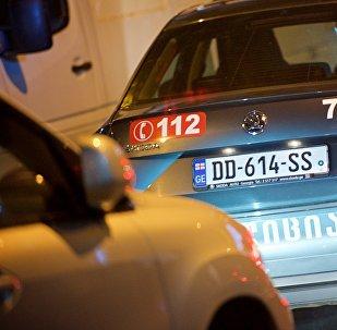 Патрульная полиция в потоке машин в час пик на одной из улиц столицы Грузии
