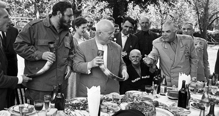 Никита Хрущев и Фидель Кастро на грузинском застолье