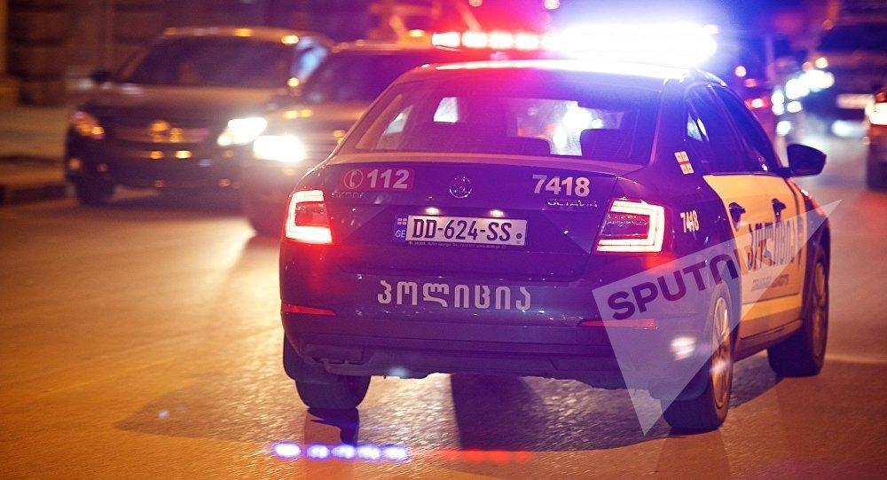 Полицейская машина едет по одной из улиц грузинской столицы