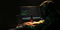 Хакер работает над взломом компьютерной программы