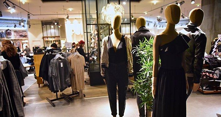 Один из магазинов женской и мужской одежды в торговом центре в столице Грузии