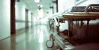 Пустая каталка в больничном коридоре