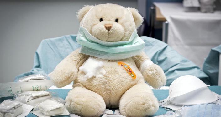 Игрушка медведя в детской больничной палате