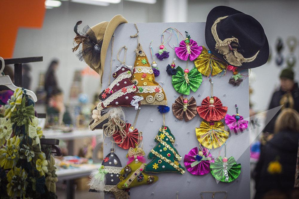 В фестивале приняли участие десятки мастеров, которые представили самые разные работы из различных материалов.