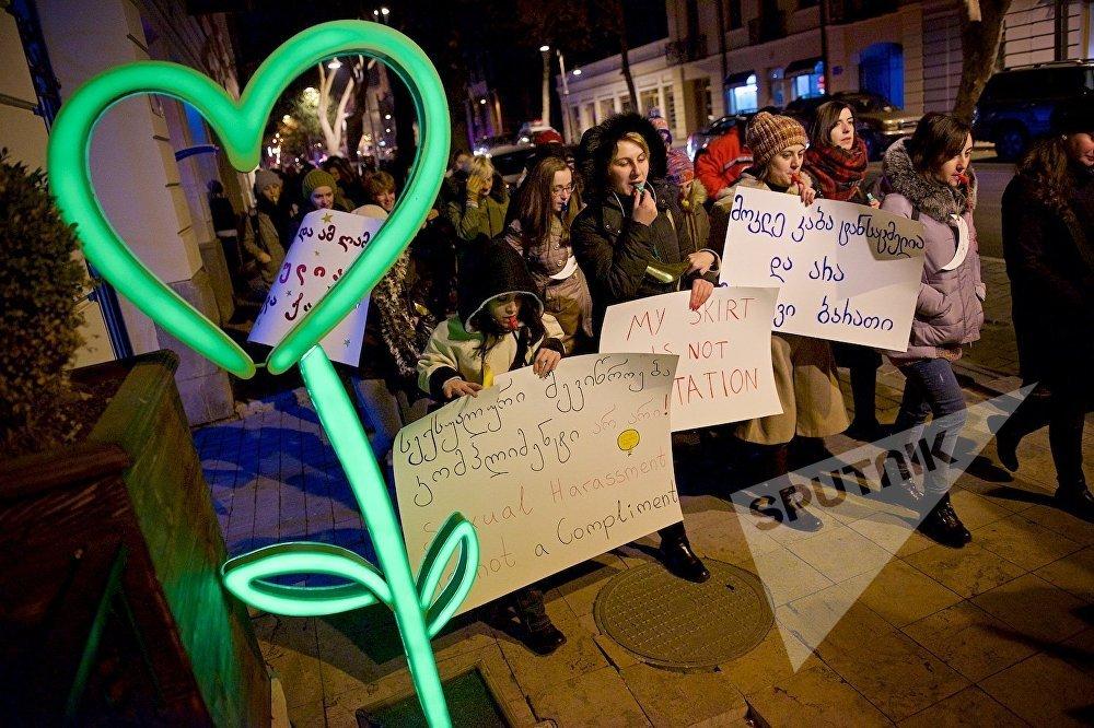 Группа независимых феминисток организовала свою акцию в рамках проходящей в стране кампании Фонда женщин под девизом Притеснения по сексуальному признаку это форма насилия! Присоединяйся к нам, чтобы остановить это!