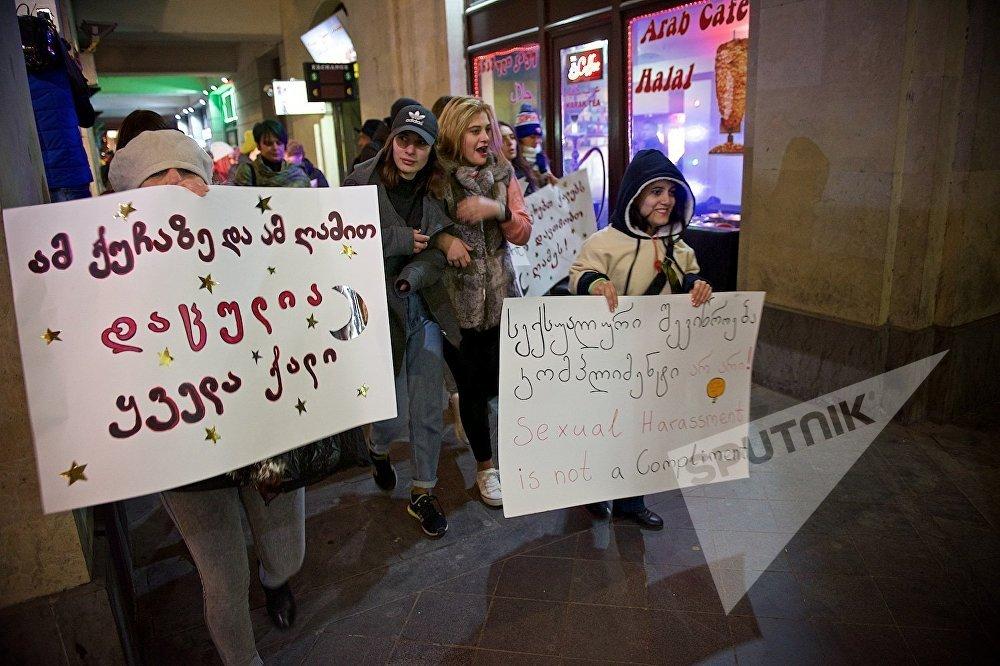 Участницы акции во время шествия по центру города прошли мимо турецких и арабских кафе и ресторанов, чем вызвали большой интерес их посетителей. На фото одна из участниц акции (слева) держит в руках плакат Этой ночью на этих улицах защищена каждая женщина!.
