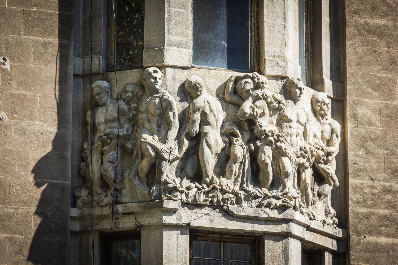 სკულპტურული კომპოზიცია ალექსანდრე მელიქ-აზარიანცის სახლის ფასადზე გაუფრთხილებლობასა და მოუვლელობას დაუბზარია