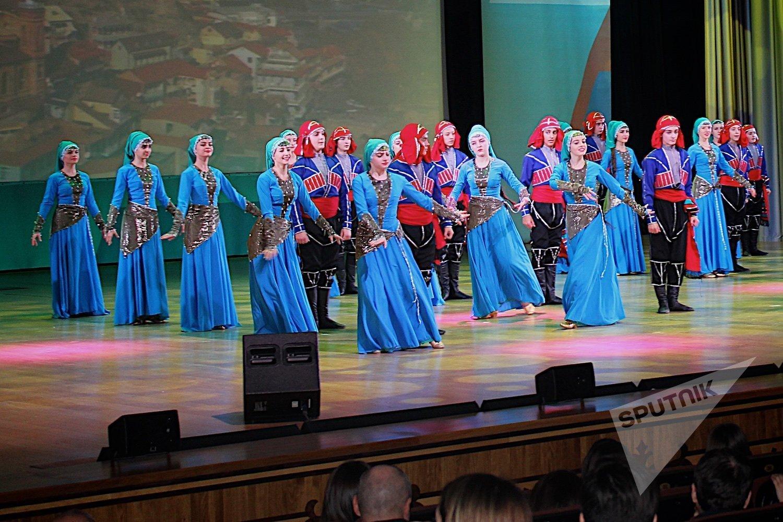 Исполнение грузинских народных танцев в рамках Дня культуры Грузии в Московском Дворце пионеров