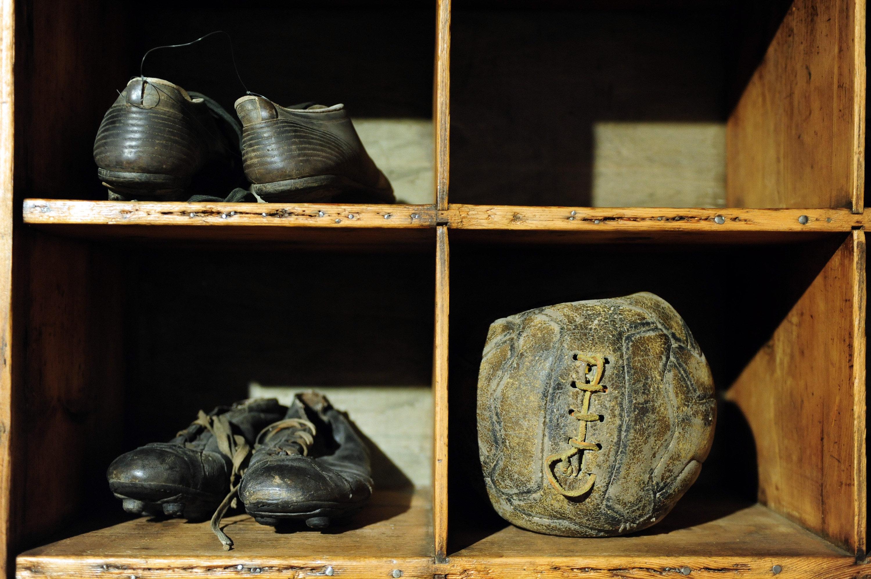 Обувь и мяч, найденные на холме Суперга, где в 1949 разбился самолет команды Торино, выставлены в Музее Турина