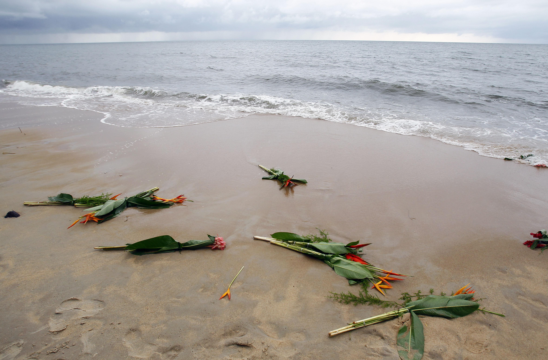 Цветы на месте крушения самолета, который упал 27 апреля 1993 года в Атлантическом океане недалеко от Либревиля, Габон
