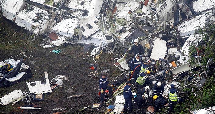 Спасатели работают на месте крушения самолета в Колумбии, перевозившем игроков бразильского футбольного клуба Chapecoense