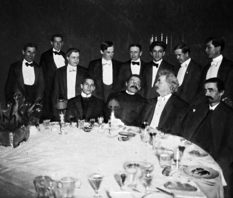 პირველ რიგში მარკ ტვენი (მარჯვნიდან მეორე) და მაქსიმ გორკი (მარცხნიდან მეორე) ნიუ იორკში 1906 წელს ახალგაზრდა მწერალთა კლუბში.