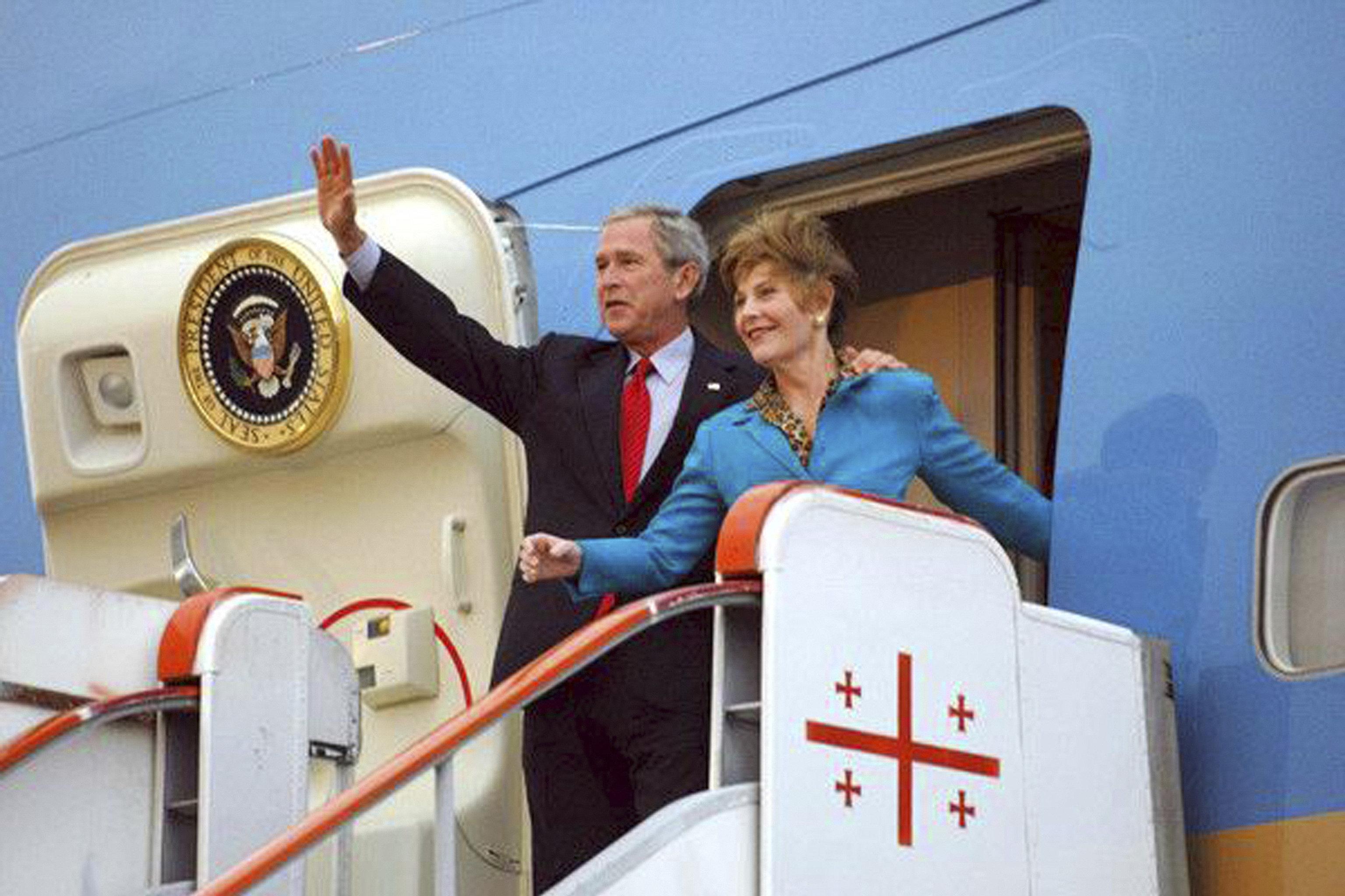 Президент США Джордж Буш с супругой Лорой во время визита в Грузию