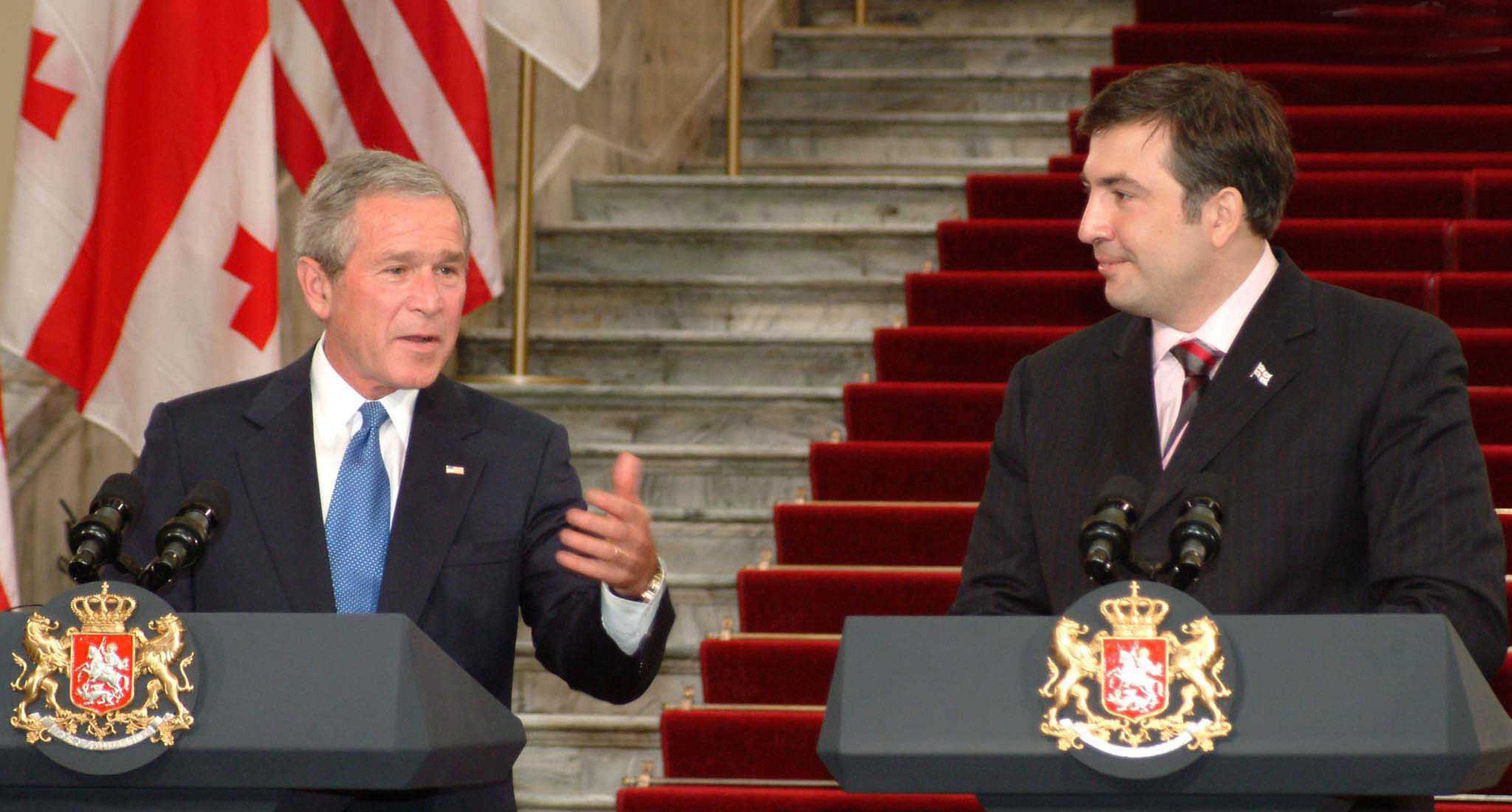 Президенты США Джордж Буш и Грузии Михаил Саакашвили (слева направо) во время визита Джорджа Буша в Грузию