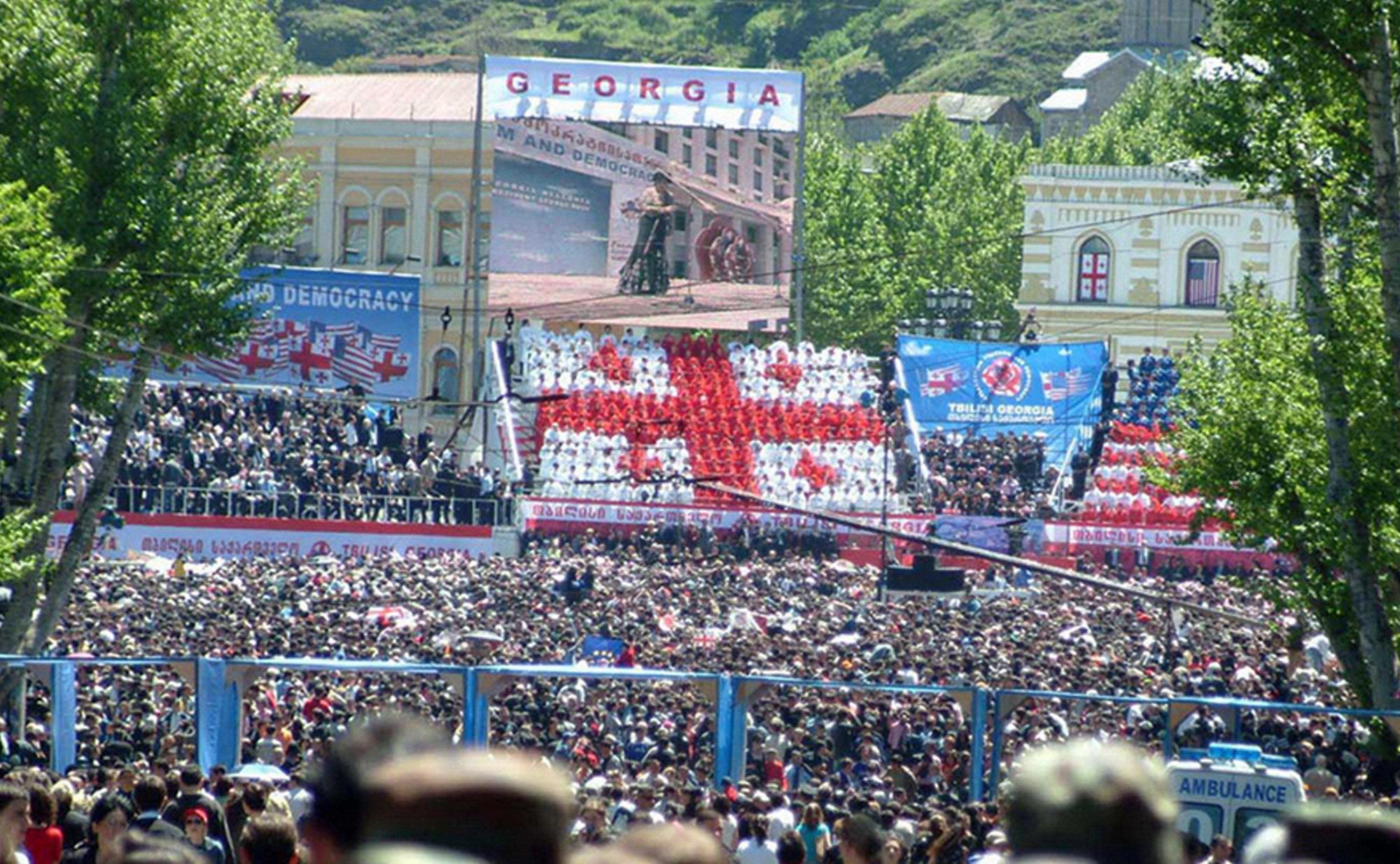 На площади Свободы, где выступил с речью Джордж Буш, собрались многие десятки тысяч человек