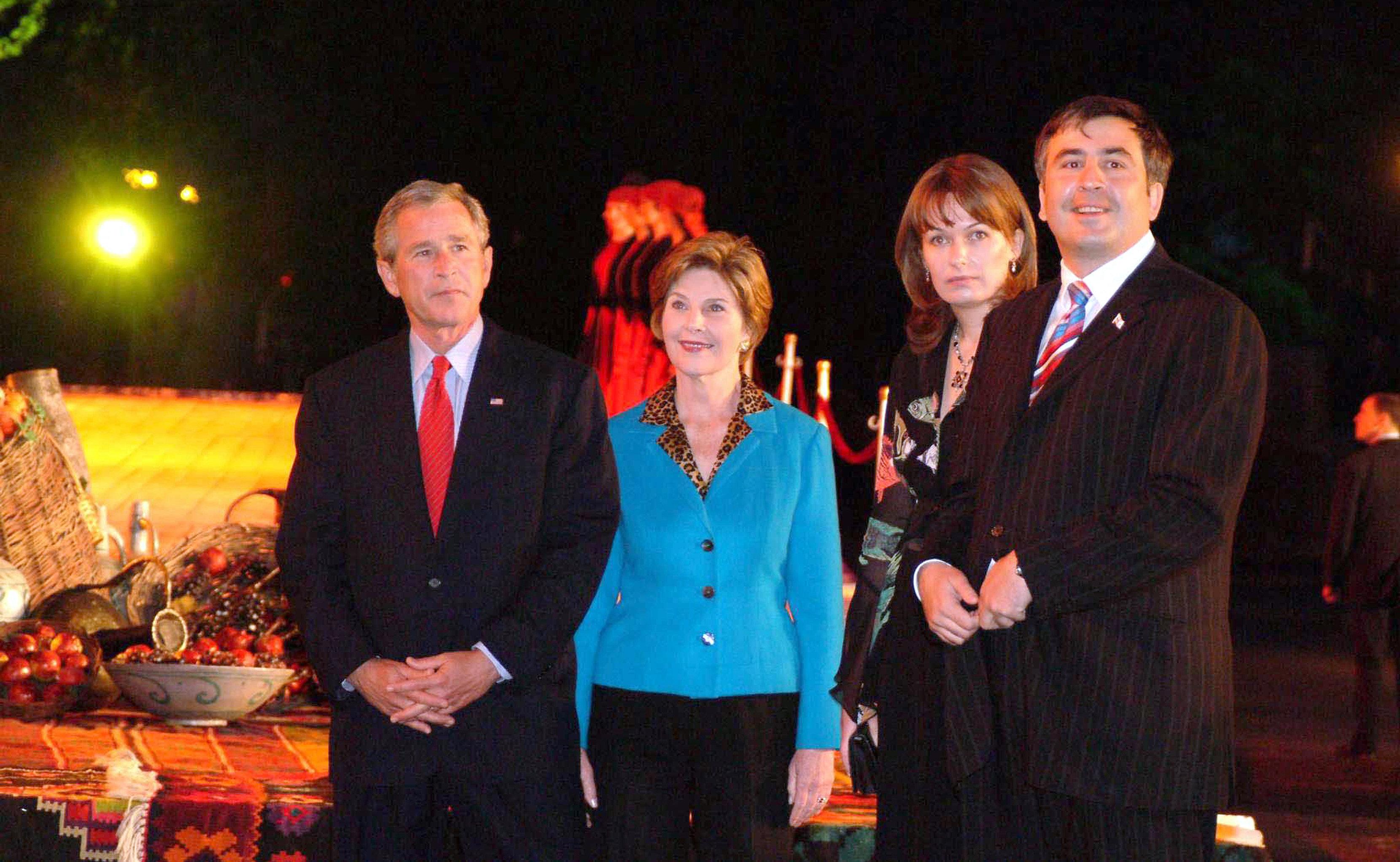 Президент США Джордж Буш с супругой Лорой и президент Грузии Михаил Саакашвили с супругой Сандрой (слева направо) во время визита Джорджа Буша в Грузию