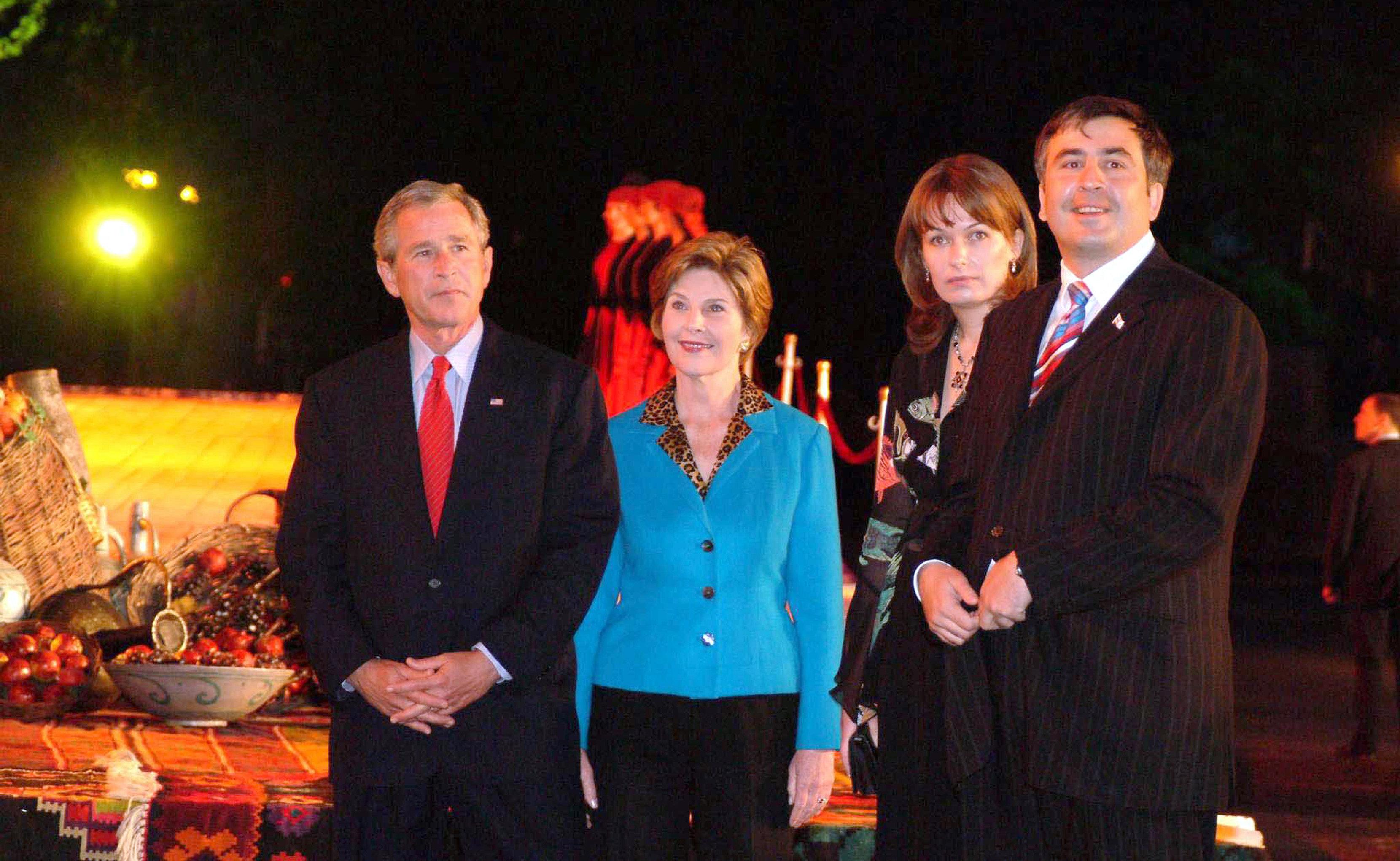 აშშ-ის პრეზიდენტი ჯორჯ ბუში მეუღლე ლორასთან ერთად და საქართველოს პრეზიდენტი მიხეილ სააკაშვილი მეუღლე სანდასთან ერთად ჯორჯ ბუშის ვიზიტისას საქართველოში