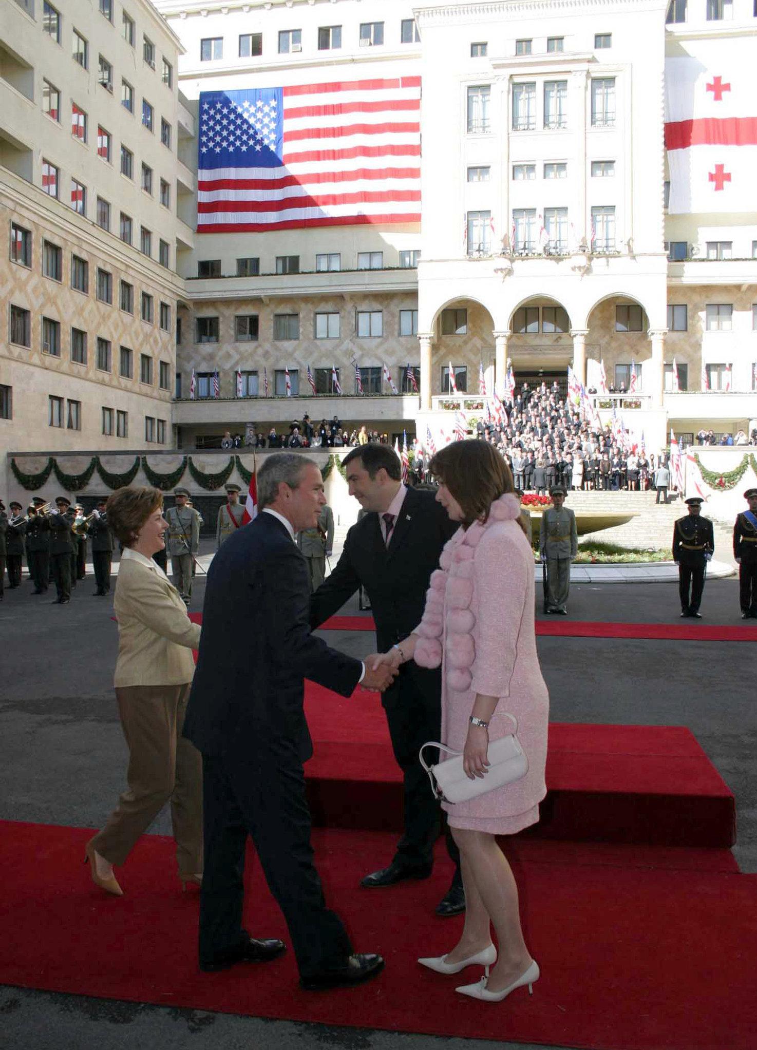 ლორა ბუში, აშშ-ის პრეზიდენტი ჯორჯ ბუში, საქართველოს პრეზიდენტი მიხეილ სააკაშვილი და სანდრა სააკაშვილი ჯორჯ ბუშის ვიზიტისას საქართველოში