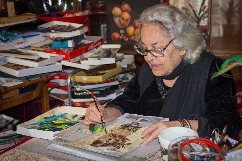 Грузинская художница Лия Барнабишвили за работой
