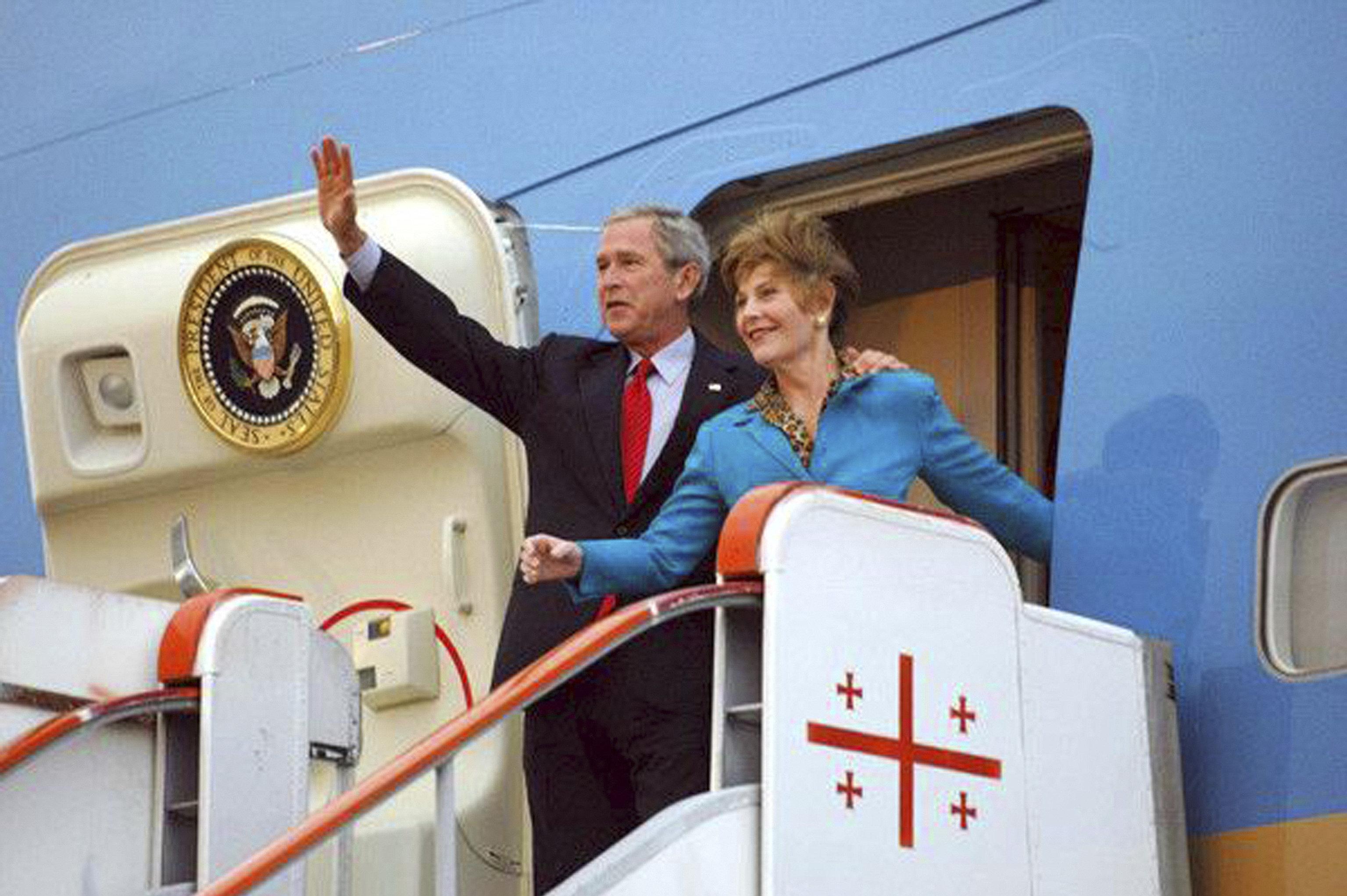 აშშ-ის პრეზიდენტი ჯორჯ ბუში მეუღლესთან, ლორა ბუშთან ერთად საქართველოში ვიზიტის დროს